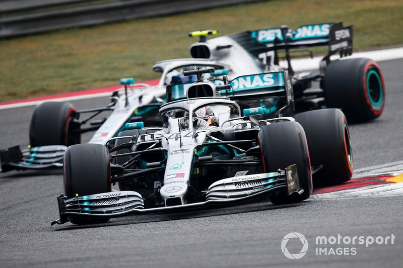 Lewis Hamilton, Mercedes AMG F1 W10, devant Valtteri Bottas, Mercedes AMG W10