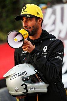 Daniel Ricciardo, Renault F1 Team avec son casque