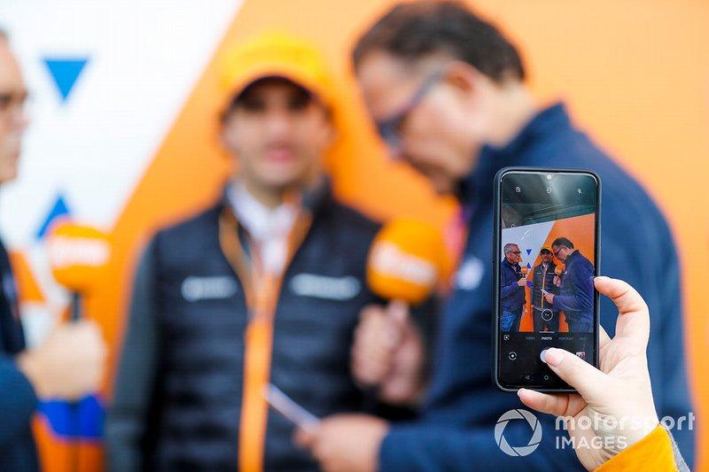 Un fan fotografa Carlos Sainz Jr., McLaren