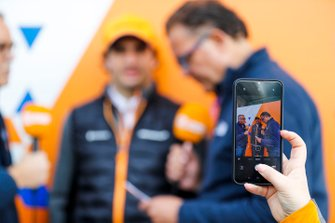 Фанат робить фото Карлоса Сайнса, McLaren