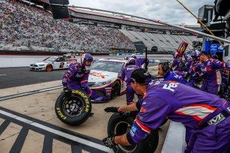 Denny Hamlin, Joe Gibbs Racing, Toyota Camry FedEx Freight, pit stop
