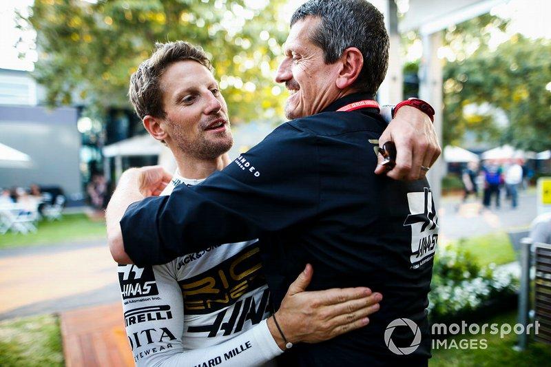 Romain Grosjean, Haas F1, e Guenther Steiner, Team Principal, Haas F1, che si congratulano con un abbraccio