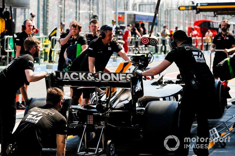Mecánica de Haas con el auto de Kevin Magnussen, Haas F1 Team VF-19, en el pit lane.