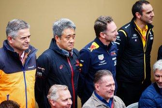 Gil de Ferran, directeur sportif chez McLaren, Masashi Yamamoto, manager général chez Honda Motorsport, Christian Horner, patron de l'équipe Red Bull Racing, Cyril Abiteboul, directeur de l'équipe Renault F1 Team, et les anciens pilotes Johnny Herbert, Jos Verstappen et Damon Hill, gse réunissent pour la photo