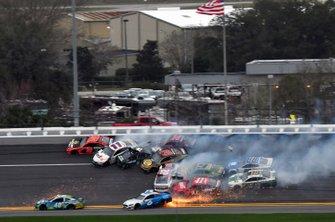 Grote crash van onder andere Martin Truex Jr., Joe Gibbs Racing Toyota