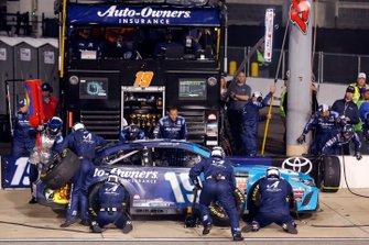 Martin Truex Jr., Joe Gibbs Racing, Toyota Camry Auto Owners Insurance pit stop