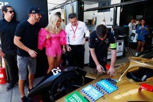 La cantante Rita Ora con Jean-Eric Vergne, DS TECHEETAH, Alejandro Agag, CEO, Fórmula E en el garaje