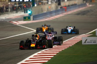 Max Verstappen, Red Bull Racing RB15, voor Lance Stroll, Racing Point RP19