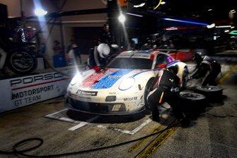 #911 Porsche GT Team Porsche 911 RSR, GTLM: Patrick Pilet, Nick Tandy, Frederic Makowiecki pit stop