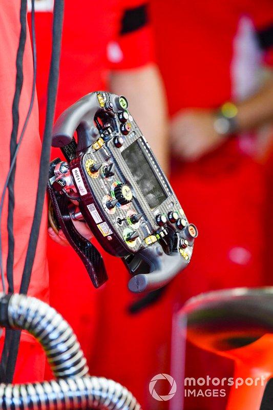 Charles Leclerc y el volante del Ferrari SF90