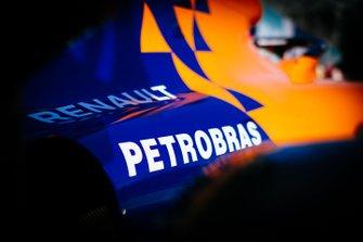 Les logos Renault et Petrobras sur la McLaren MCL34