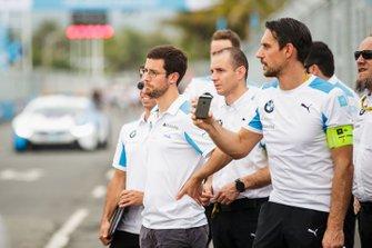 Alexander Sims, BMW I Andretti Motorsports, Antonio Felix da Costa, BMW I Andretti Motorsports, cammina in pista con alcuni membri del team