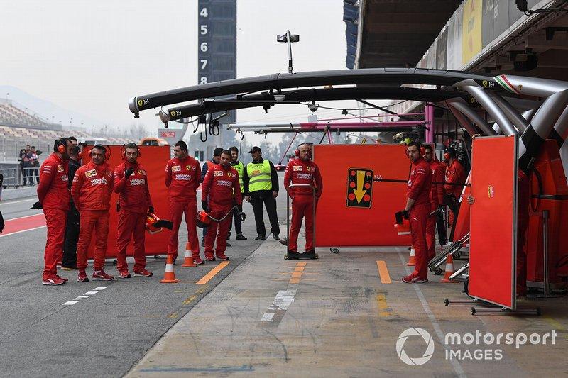 L'équipe Ferrari attendant le retour de ses voitures en pit lane