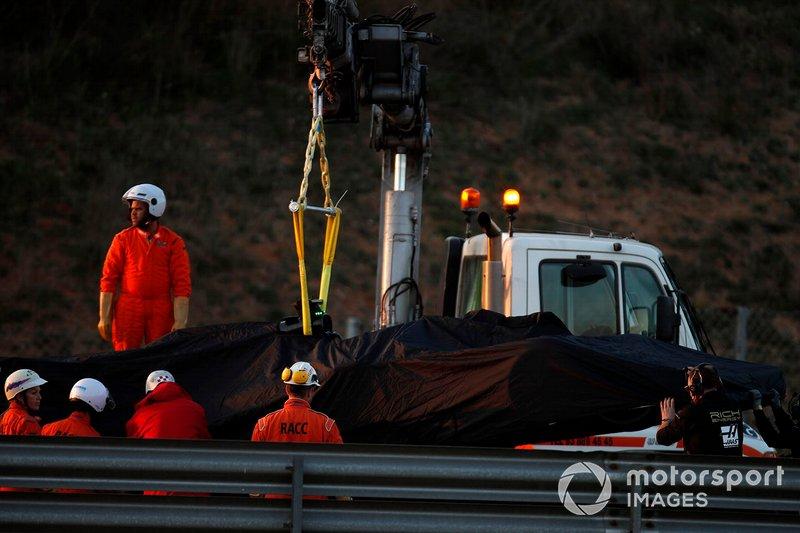 La monoposto di Romain Grosjean, Haas F1 Team VF-19, viene recuperata
