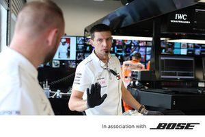 Bose, des membres de Mercedes AMG F1 au travail