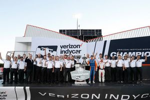 Campeón Scott Dixon, Chip Ganassi Racing Honda con ingenieros de Honda