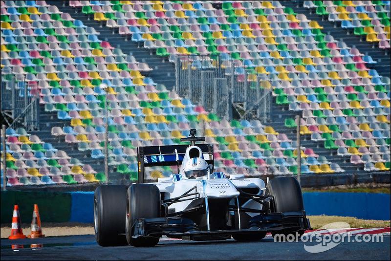 Gamers de móviles prueban un coche de Fórmula 1 real