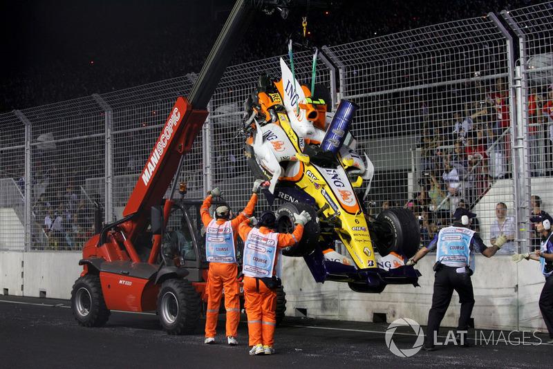 La monoplace de Nelson Piquet Jr., Renault F1 Team R28 est évacuée