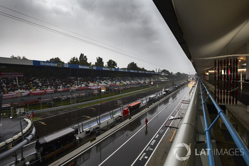 Deszcz, aleja serwisowa i trybuna przy prostej startowej