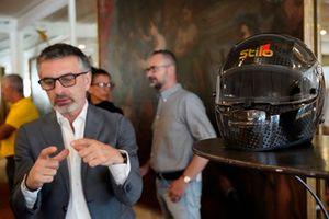 Mario Isola guarda il vecchio casco di patrese confrontato con il nuovo Stilo F1