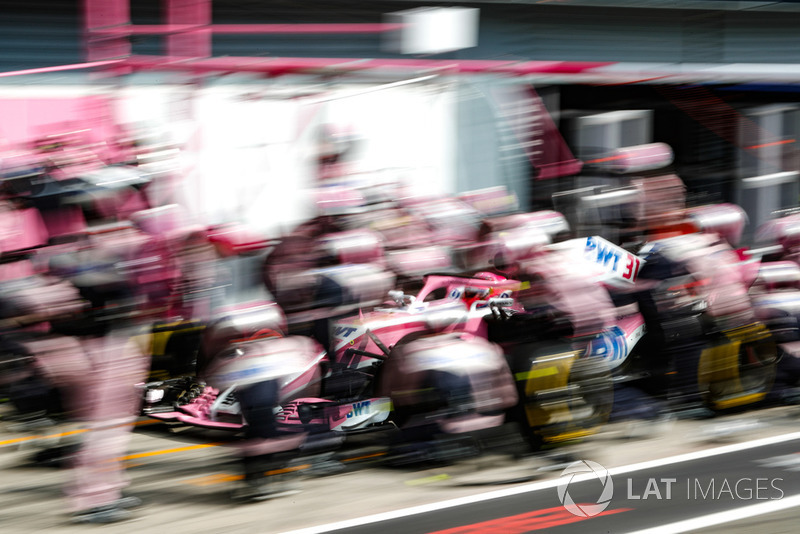 Esteban Ocon, Racing Point Force India VJM11, pit stop