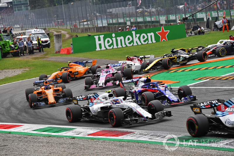 Sergey Sirotkin, Williams FW41, Pierre Gasly, Scuderia Toro Rosso STR13, Fernando Alonso, McLaren MCL33 y Sergio Perez, Racing Point Force India VJM11 al inicio