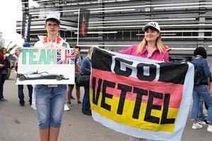 Des fans et des bannières de Lewis Hamilton, Mercedes AMG F1 et Sebastian Vettel, Ferrari