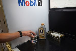 Ingegnere Exxon-Mobil al lavoro nel laboratorio mobile all'interno del box Red Bull