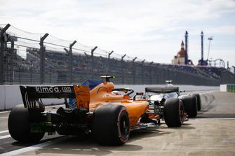 Valtteri Bottas, Mercedes AMG F1 W09, y Stoffel Vandoorne, McLaren MCL33