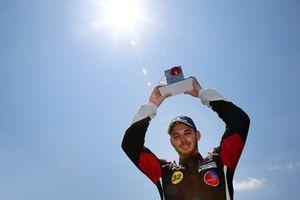 Il vincitore Gianmarco Quaresmini, Dinamic Motorsport, festeggia sul podio