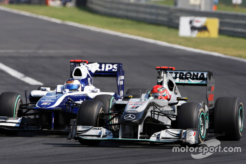Michael Schumacher, Mercedes GP MGP W01 et Rubens Barrichello, Williams FW32, en lutte