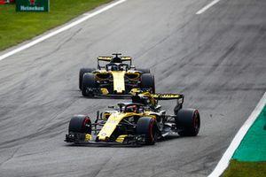 Carlos Sainz Jr., Renault Sport F1 Team RS 18, devant Nico Hulkenberg, Renault Sport F1 Team RS 18
