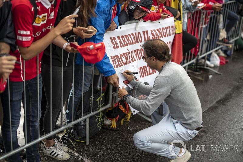 Felipe Massa signs a fans banner