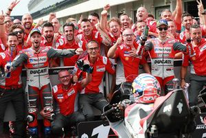 Ganador de la carrera, Andrea Dovizioso, Ducati Team, segundo clasificado, Jorge Lorenzo, Ducati Team