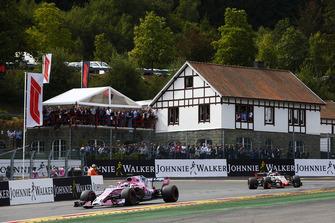 Sergio Perez, Racing Point Force India VJM11, voor Romain Grosjean, Haas F1 Team VF-18, tijdens de formatieronde