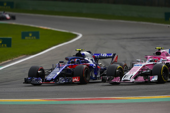 Pierre Gasly, Toro Rosso STR13, battles with Esteban Ocon, Racing Point Force India VJM11