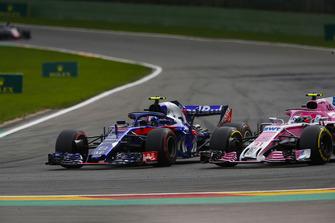 Pierre Gasly, Toro Rosso STR13, duelleert met Esteban Ocon, Racing Point Force India VJM11