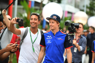 Brendon Hartley, Scuderia Toro Rosso fait un selfie avec un fan
