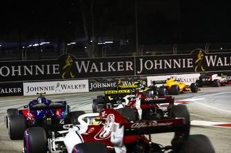 Carlos Sainz Jr., Renault Sport F1 Team R.S. 18, leads Nico Hulkenberg, Renault Sport F1 Team R.S. 18, Charles Leclerc, Sauber C37, Pierre Gasly, Scuderia Toro Rosso STR13, and Marcus Ericsson, Sauber C37
