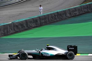 Fernando Alonso, McLaren watches Nico Rosberg, Mercedes-Benz F1 W07
