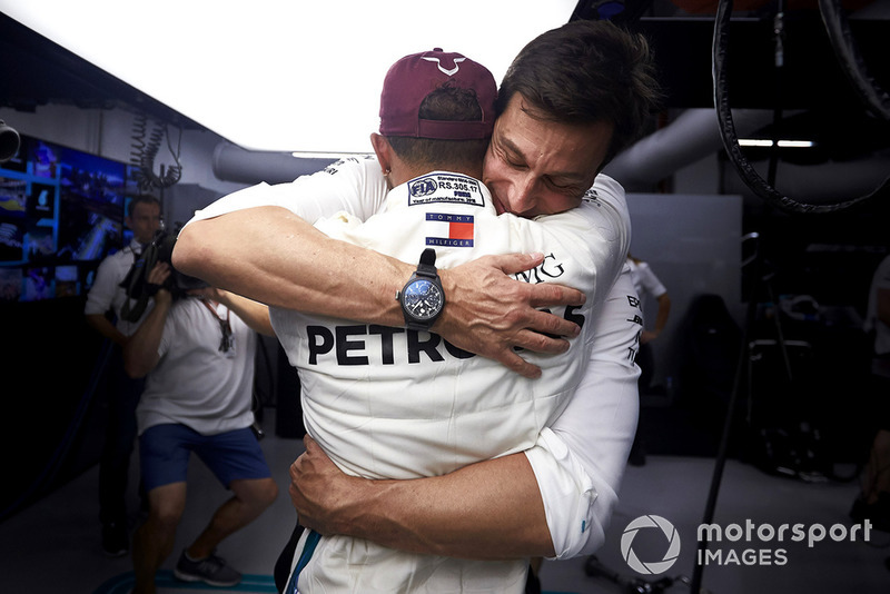 Wolff congratulates Hamilton for his pole lap