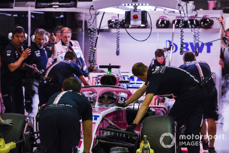 Sergio Perez, Racing Point Force India VJM11, is returned to the garage