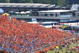 Des fans avec des drapeaux
