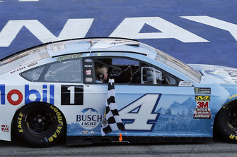 Kevin e Keelan Harvick, Stewart-Haas Racing, Ford Fusion Busch Light / Mobil 1, festeggiano la vittoria