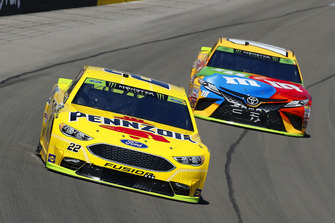 Joey Logano, Team Penske, Ford Fusion Shell Pennzoil and Kyle Busch, Joe Gibbs Racing, Toyota Camry M&M's