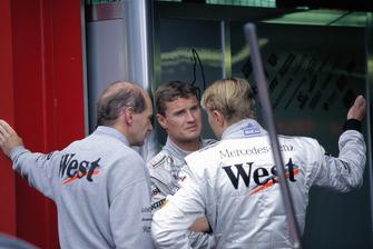 David Coulthard habla con Adrian Newey y Mika Hakkinen en los boxes de McLaren