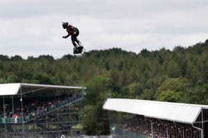 Hombre sobrevolando la pista con un hoverboard