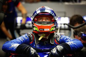 Brendon Hartley, Toro Rosso STR13, sort de sa voiture dans le garage