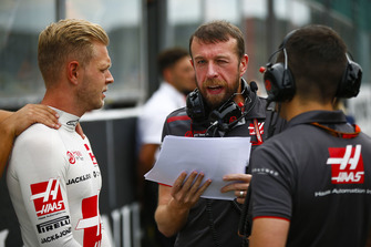 Kevin Magnussen, Haas F1 Team, with engineers on the grid