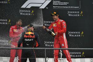 David Sanchez, Ferrari, Max Verstappen, Red Bull Racing e Sebastian Vettel, Ferrari, festeggiano sul podio con lo champagne
